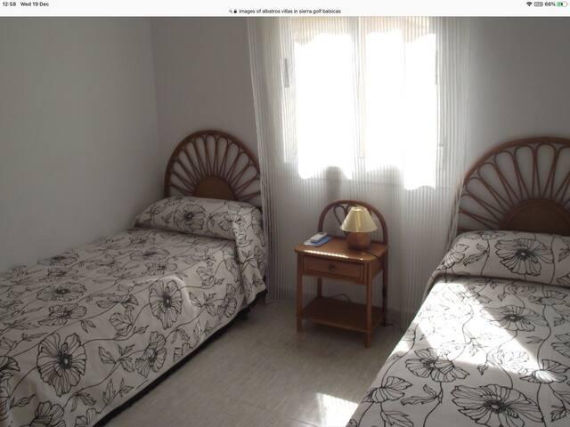 Los dormitorios tienen armarios empotrados y aire acondicionado frío-calor. También en salon