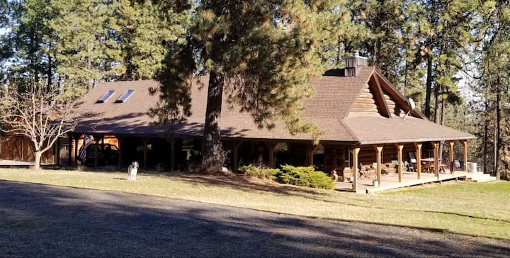 Whispering Pines Lodge, Log Cabin Bed & Breakfast