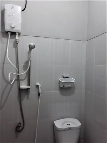 Toilet dan kamar mandi dilengkapi dengan penghangat air, toilet duduk, dan keran pembersih.  Toilet cum bathroom is Furnished with water heater, flush toilet, and bidet spray.