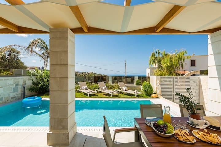 Villa Athena, mythical! Heated pool & whirlpool!