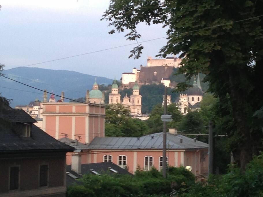 Blick vom Garten auf Altstadt und die Festung Hohensalzburg und die Altstadt