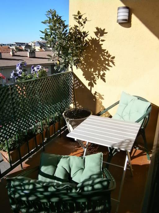 La terraza soleada durante la mañana, agradable para desayunar o comer.