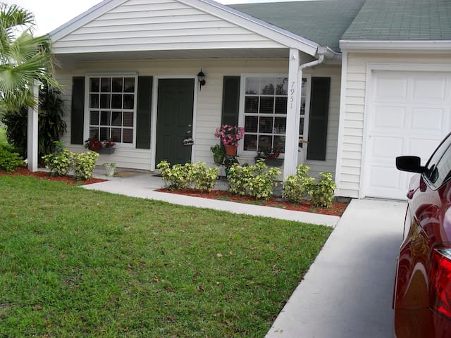 room for rent with door to patio  - Lake Worth - Huis