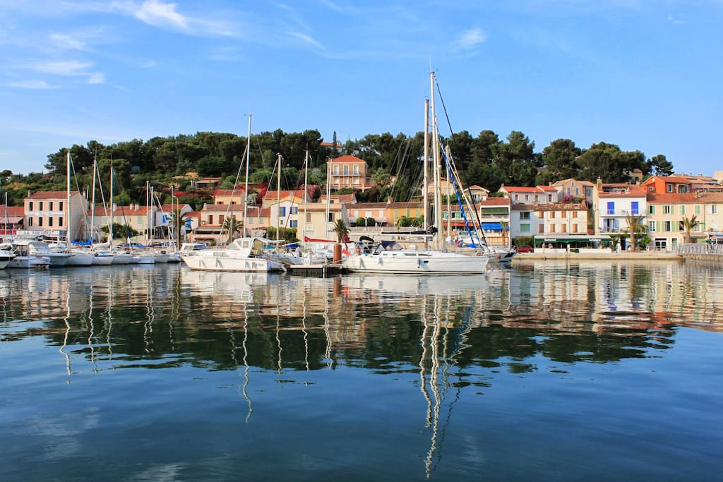 The harbor of Saint Mandrier (5 minutes walk from the studio)