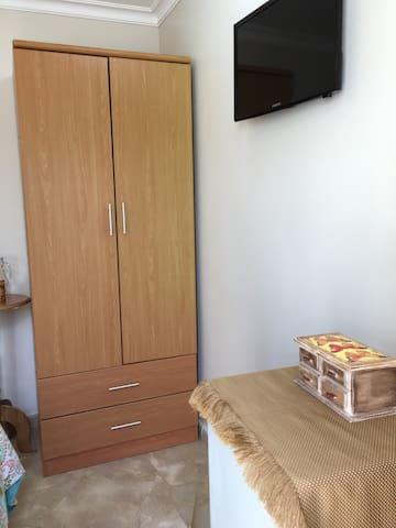 Closet, tv y minibar