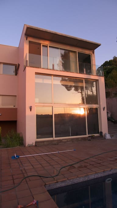 El amanecer reflejado en la casa