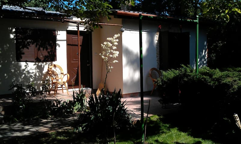 Charming little house, lake Balaton - Balatonkenese - Cabin