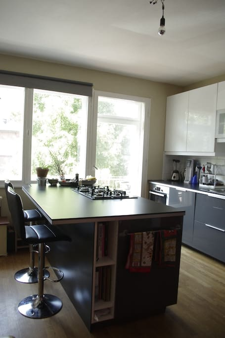 modern, fully equipped eat-in kitchen