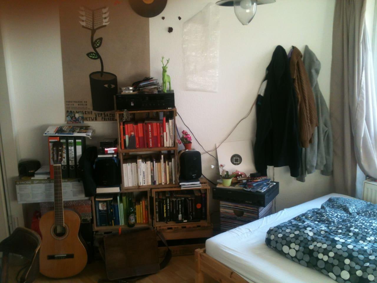 Zimmer: Hier sind einige Bücher, ne Gitarre und ne Stereoanlage. Kannst du alles benutzen.