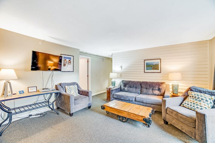 Mountain view condo w/gas fireplace, shared grill, hot tub, indoor pool & tennis
