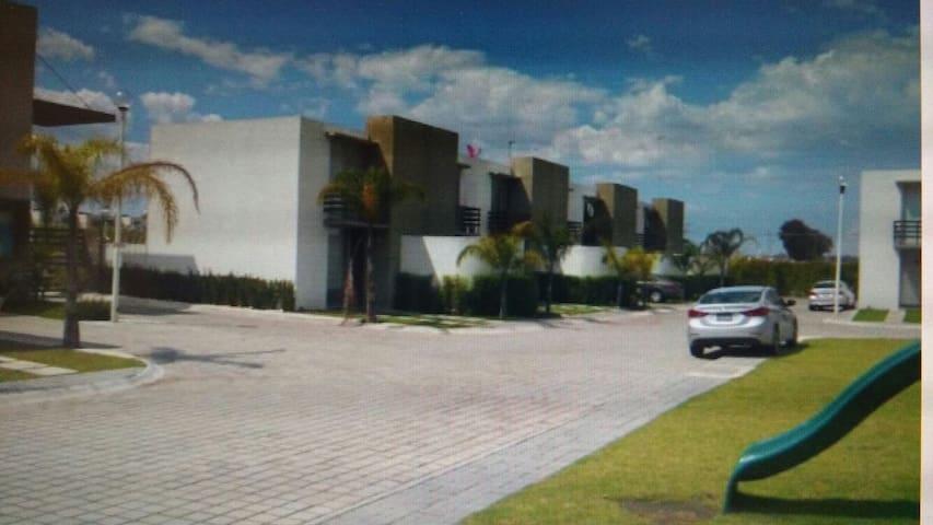 Casa seminueva ideal para ejecutivos y estudiantes - San Juan Cuautlancingo - House