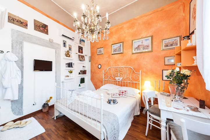 Room Cuore Arancio 1111 visible shower - no lift