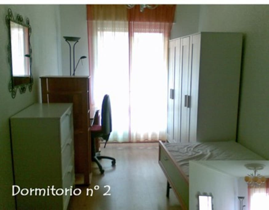 Habitación con cama de 90 cm que se convierte en litera y balcón