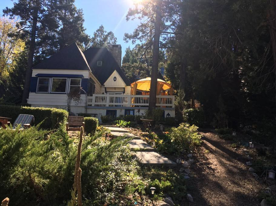 Lakefront house steps from village walking trail for Cabins in lake arrowhead ca