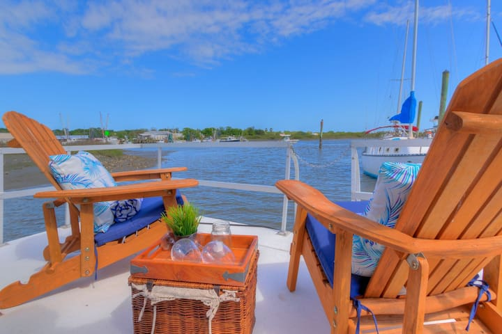 EXPERIENCE LIFE ON THE WATER ABOARD A HOUSEBOAT