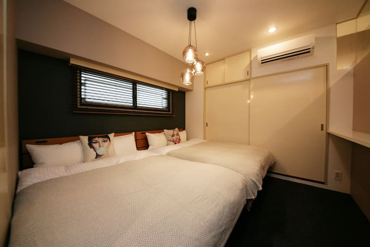 落ち着いたベッドルームには、大きなベッドが2台。静かな空間が旅の疲れを癒してくれます。/ There are two large beds in the calm bedroom. A quiet space will heal the fatigue of your trip. / 차분한 침실에는 커다란 침대가 2개. 조용한 공간이 여행의 피로를 풀어줍니다. / 平靜的房間附有2大張床,請盡情放鬆一下吧