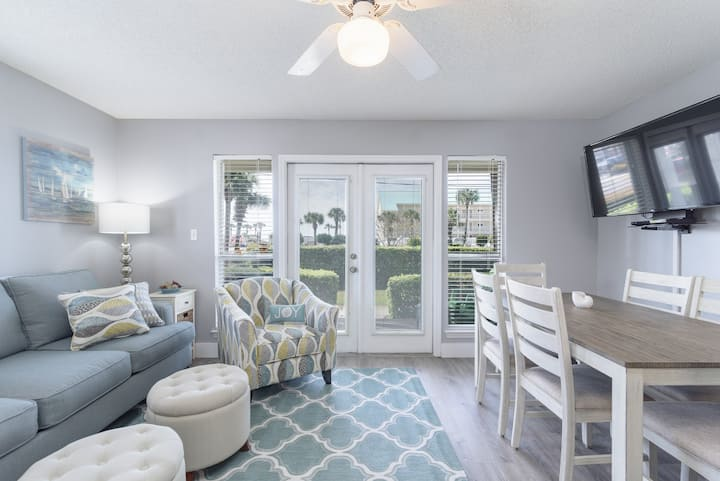 Cozy condo -Steps away from beach w pool & hot tub