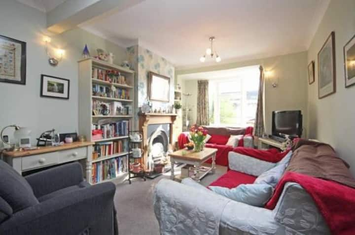 Cozy bedroom Victoria Cottage in Greater London