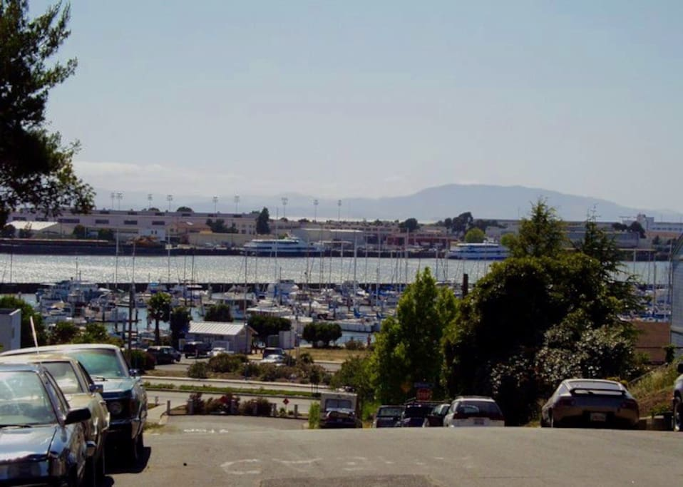 Waterfront Bungalows: Walk to Ferry to San Francisco and Wine Train, Restaurants and River Park
