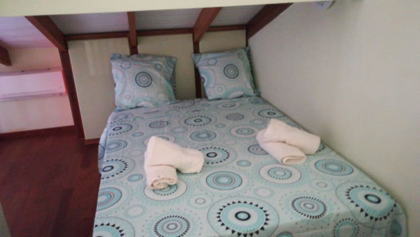 Chambre avec drap, linge de maison