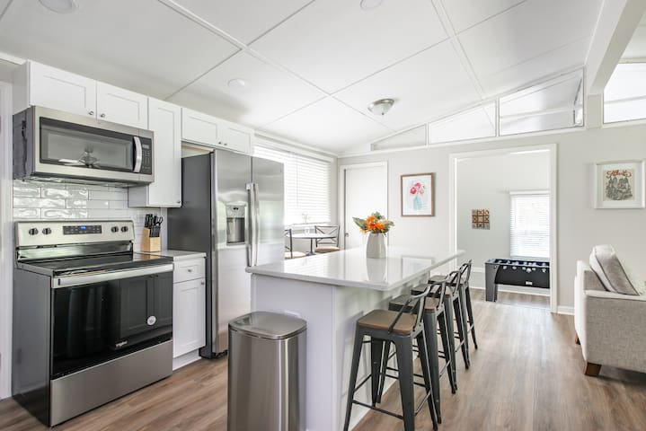 Newly Renovated Woodstock Cottage - Great location