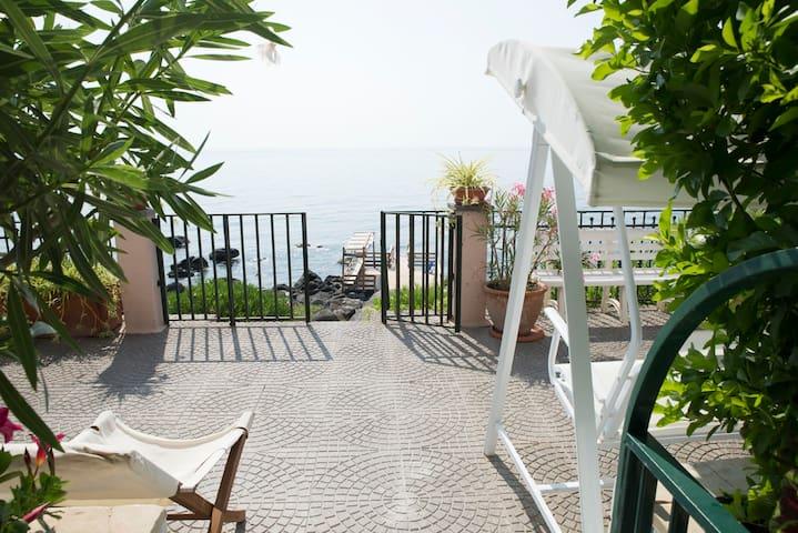 Vista terrazzo e discesa a mare privata dalla veranda