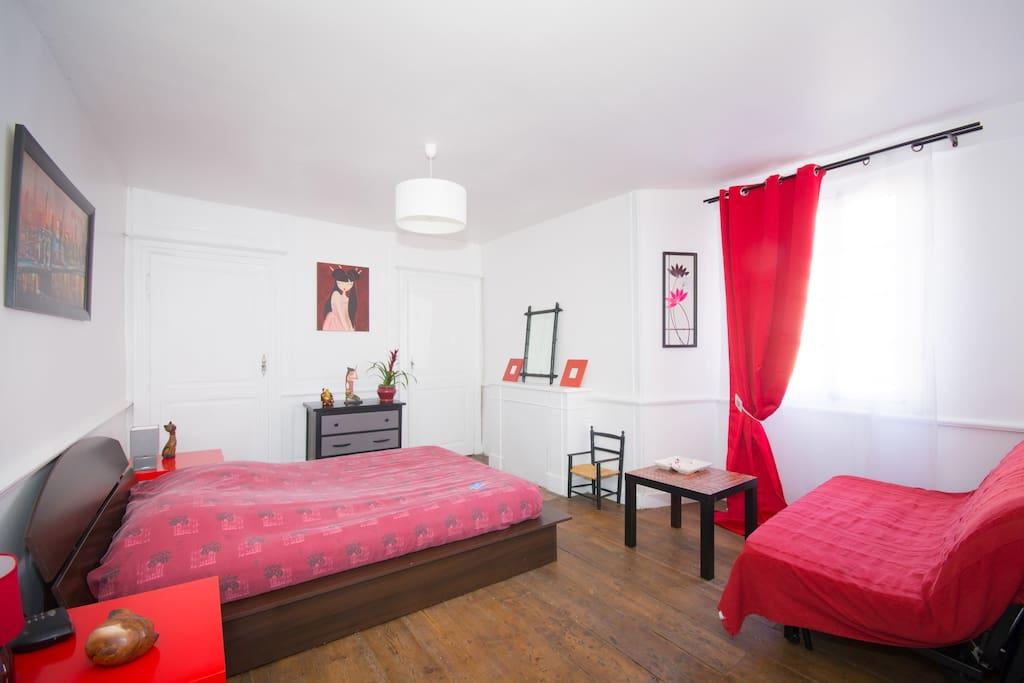 Un canapé lit et un lit double 140x200