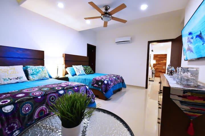 Amplios espacios y cálida decoración en recamara principal. (Noche)