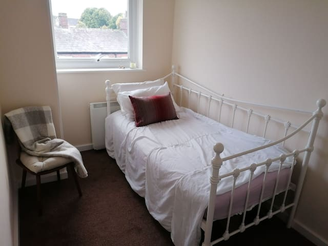 Stay at the heart of Knutsford - single room