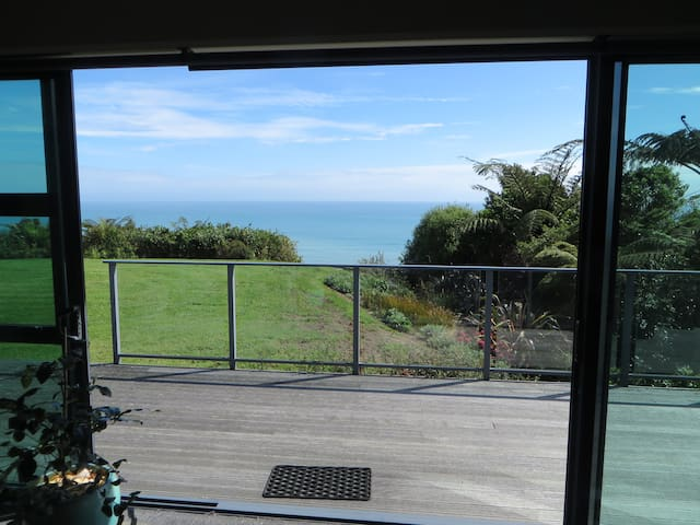 Lounge view looking out to the tasman sea/Sky and the beauiful gardens