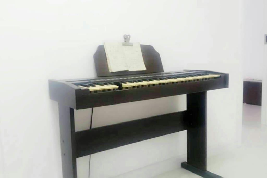 业余时间可以弹钢琴。