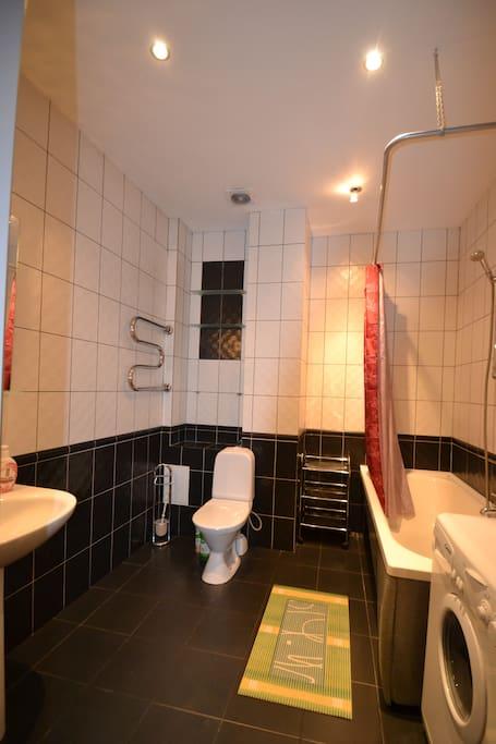 Large bathroom with washing machine (10 q.m)