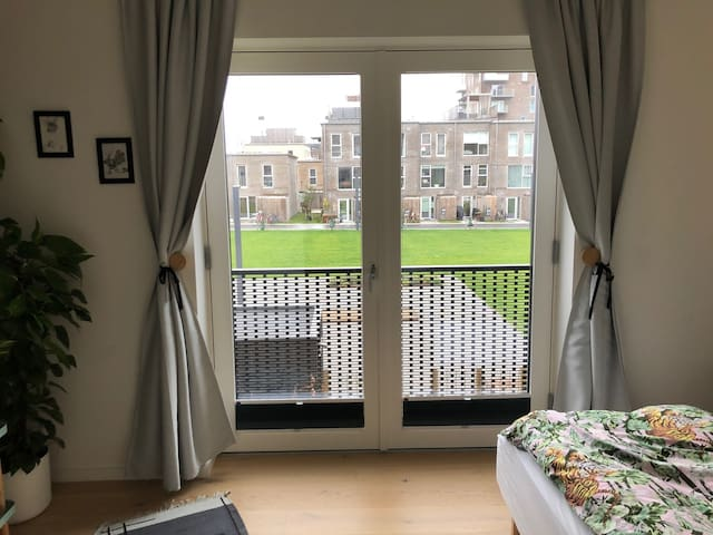 Nice room in new Town house! Next to Royal Arena