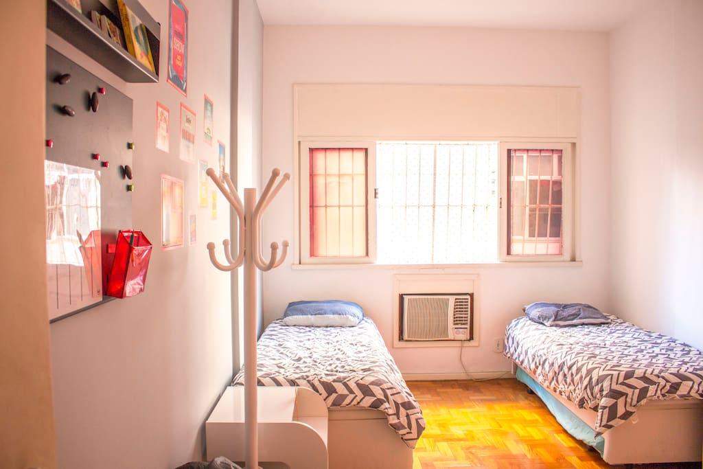 Quarto de hóspedes - Possui 2 camas convencionais + 2 bicamas / Roupas de cama e toalhas / armário, cabides e ferro de passar / frigobar / ar condicionado/ventilador.