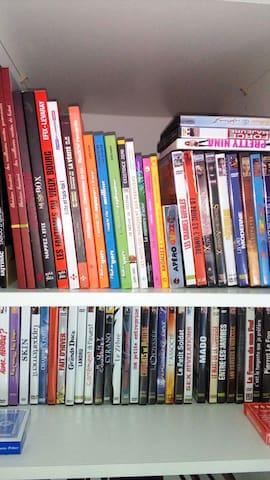 des livres, jeux de carte, DVD