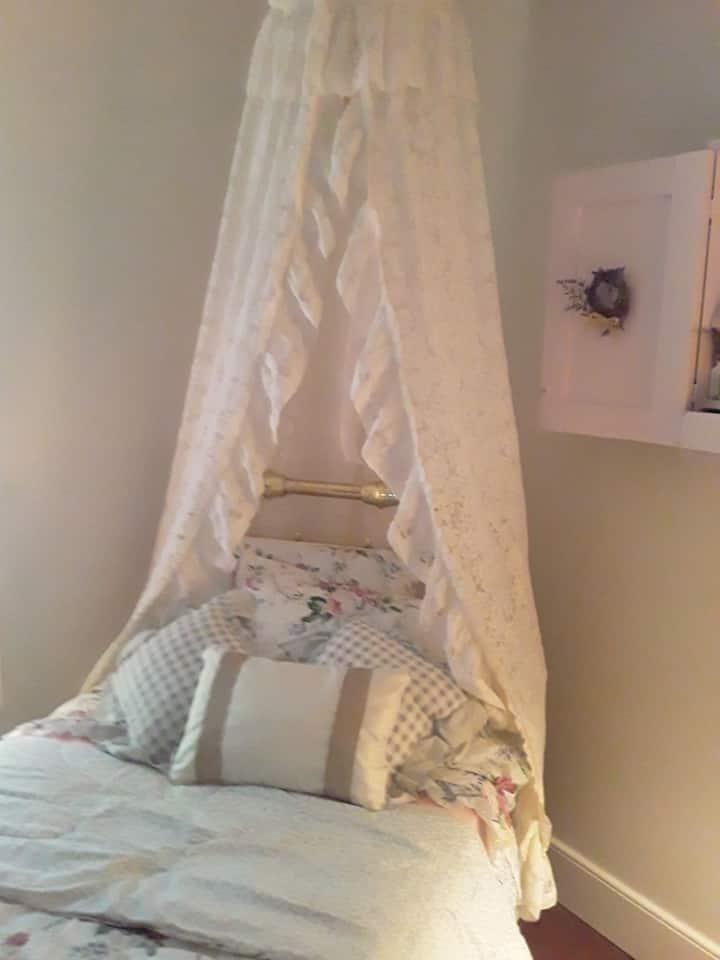 Shabby chic bedroom for 1.