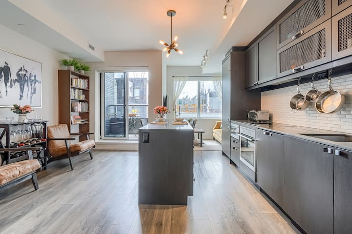 Upscale Suite in The Annex - Steps from U of T!