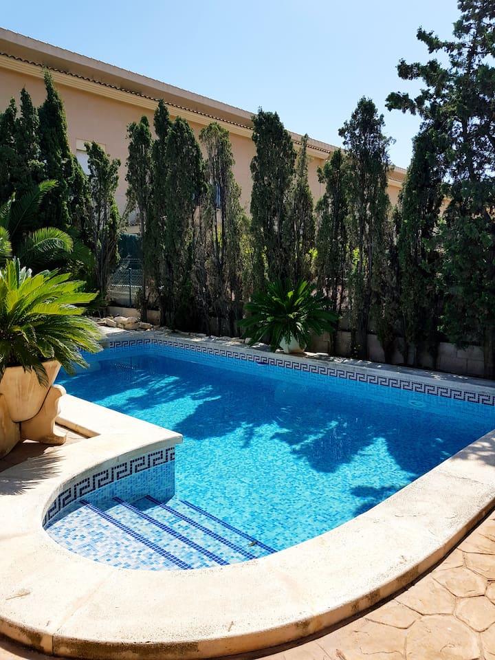 Hermosa habitación azul con baño en chalet/piscina