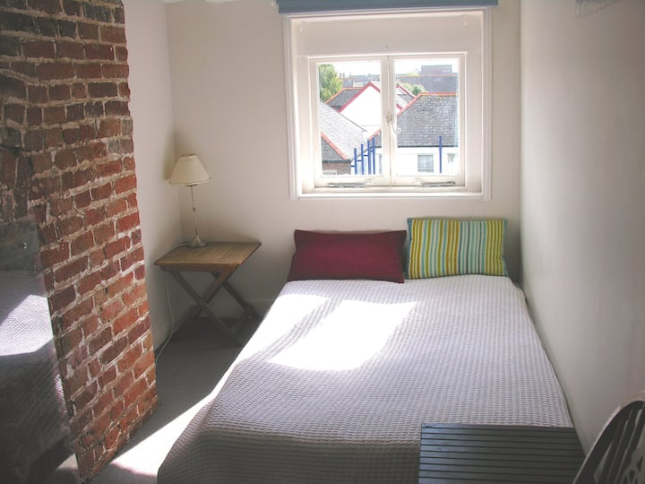 Cosy small double room in beautiful Georgian House