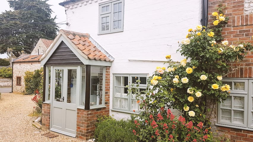 Cosy, charming coastal hideaway in great location!