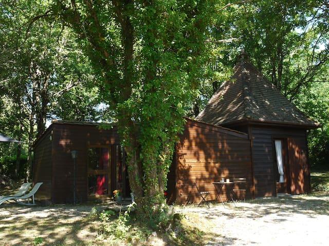 Chalet dans un sous bois de chênes - Saint-Léon-sur-Vézère - Dağ Evi