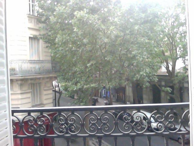 La vue depuis la chambre. Les arbres qui entourent l'appartement permettent à ses habitants d'être à l'abri du vis à vis sans rideaux...