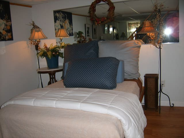 your own private room with bath - Salem - Huis