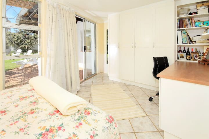 Pvt Room by the beach (Queen Bed)