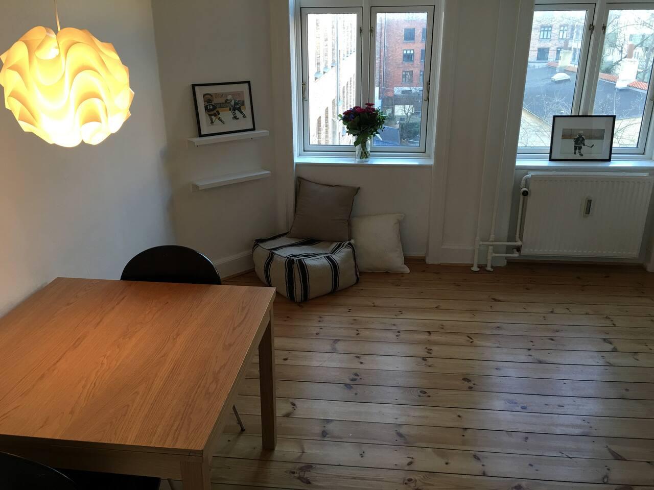 Stuen med spisebord som kan foldes ud