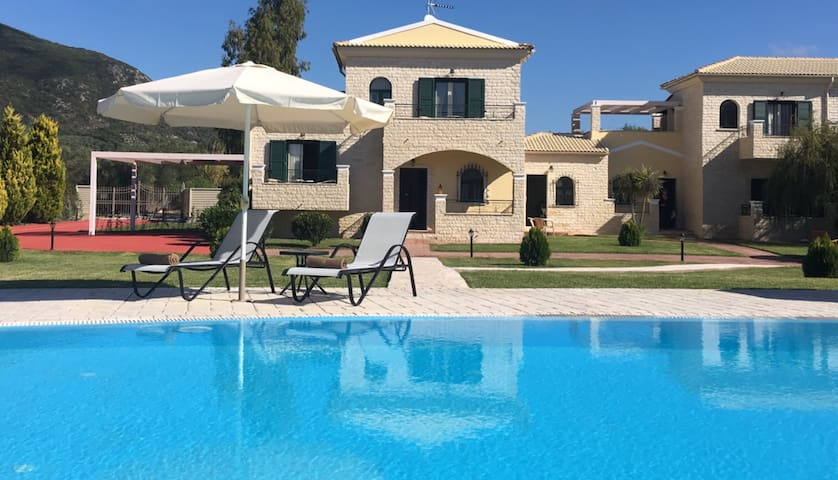 Luxury villa with private pool, sleeps 10-11. (MS)