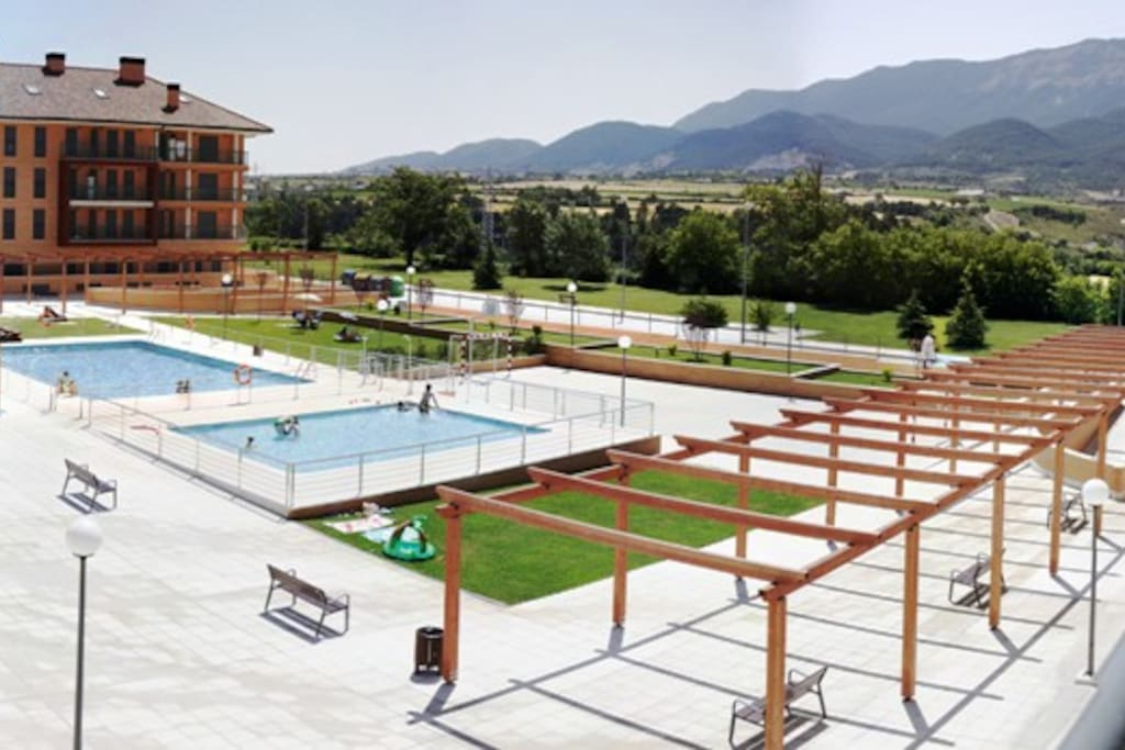 Wi fi piscina y parking gratis flats for rent in jaca for Piscina jaca