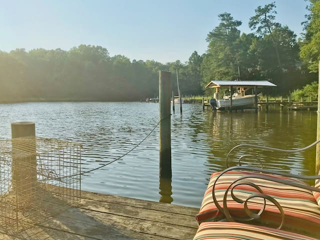 Spacious and private waterfront, sleeps 10
