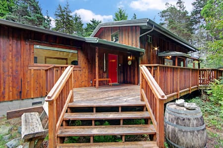Coastal redwood retreat w/deck, wood stove & forest view