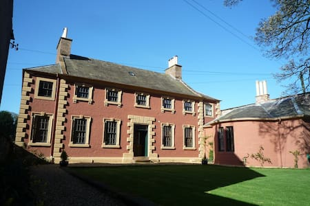 Period B&B, large double ensuite with river views